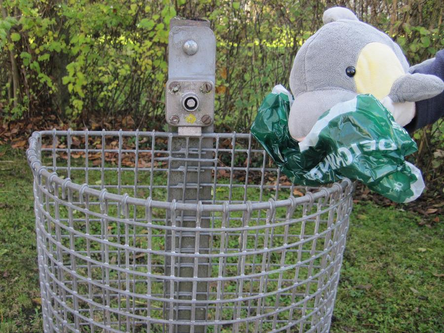 Tüten gehören in den Abfalleimer und nicht auf die Straße. (Foto: Susanne Gugeler)