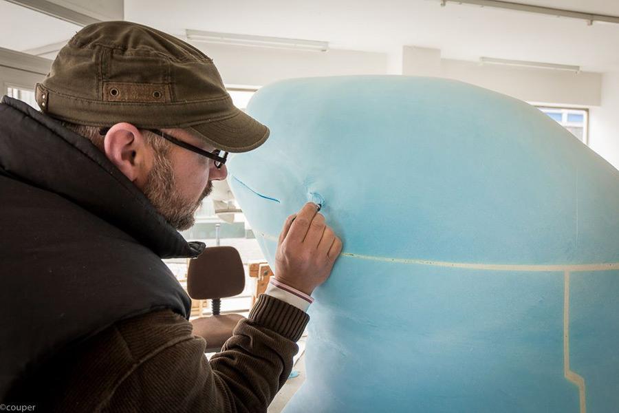 Der Künstler und sein Wal (Foto: Jörg Mazur)