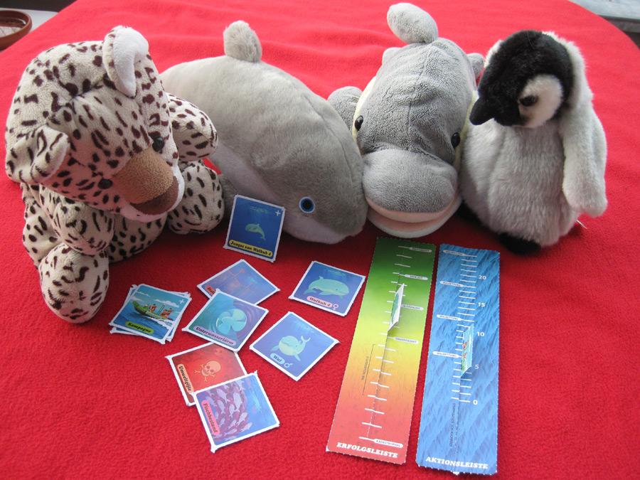 FINN und seine Freunde spielen das GEO-Kartenspiel. (Foto: Susanne Gugeler)