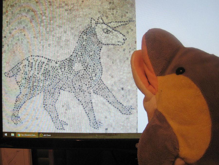 FINN schaut sich ein Einhorn an. (Foto: Susanne Gugeler/Wikipedia)